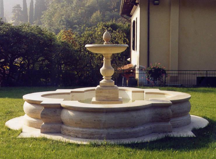 Fontana ornamentale in travertino classico: Giardino in stile  di Todini Sculture