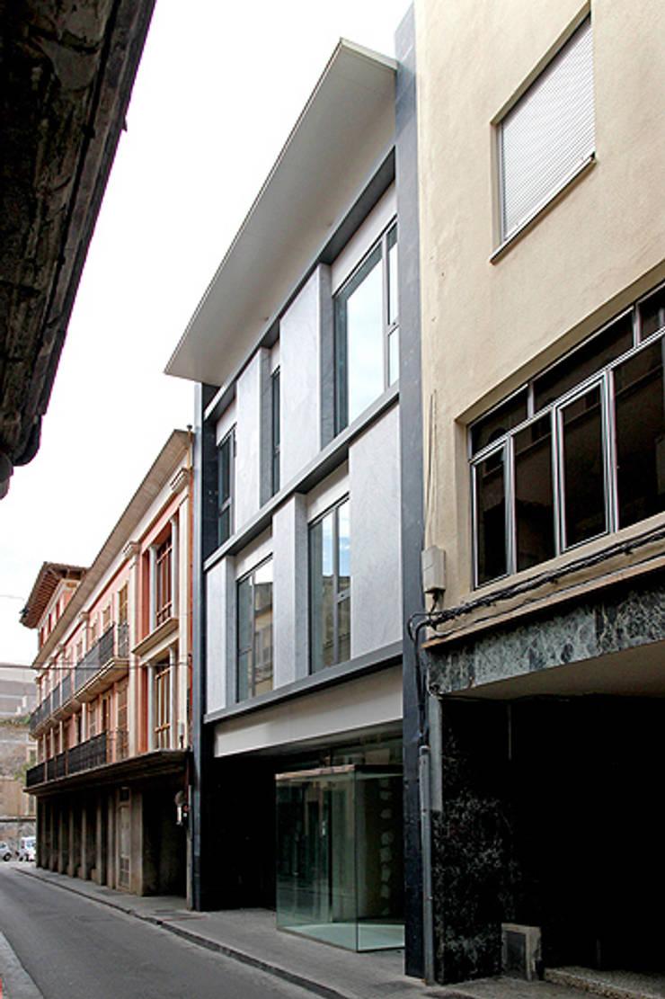 EDIFICIO DE OFICINAS Y LOCAL COMERCIAL:  de estilo  de Galmés + Mansergas Arquitectes