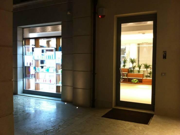 Dinamica: Negozi & Locali commerciali in stile  di CMD Architettura