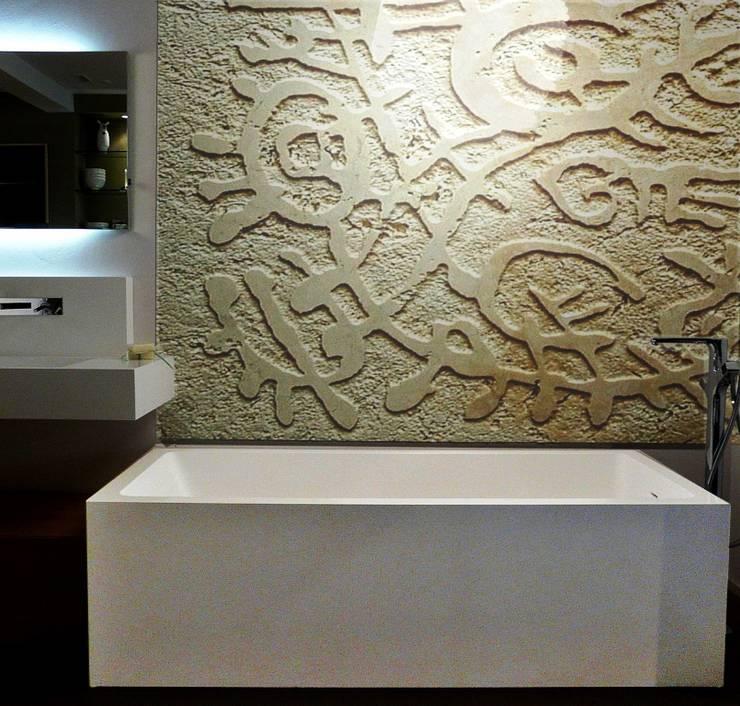 Art & Bathroom: Pareti in stile  di CARVED STONES