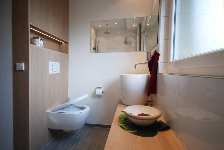 Baños de estilo moderno de INNEN LEBEN