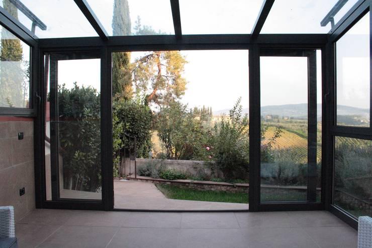Serra Solare in Toscana: Balcone, Veranda & Terrazzo in stile  di STUDIO MORALDI