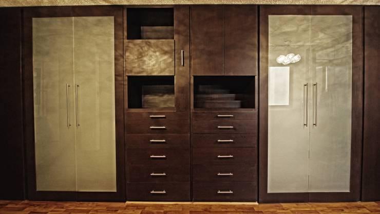 Vestidores: Dormitorios de estilo moderno de Vanguardia Closets & Vestidores