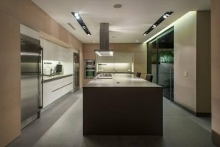 Cocina:  de estilo  por Rhyzoma - Arquitectura y Diseño