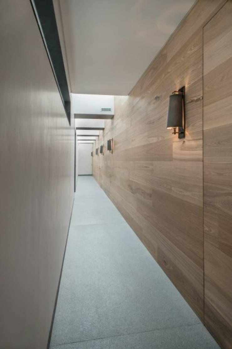 Pasillo Habitaciones:  de estilo  por Rhyzoma - Arquitectura y Diseño