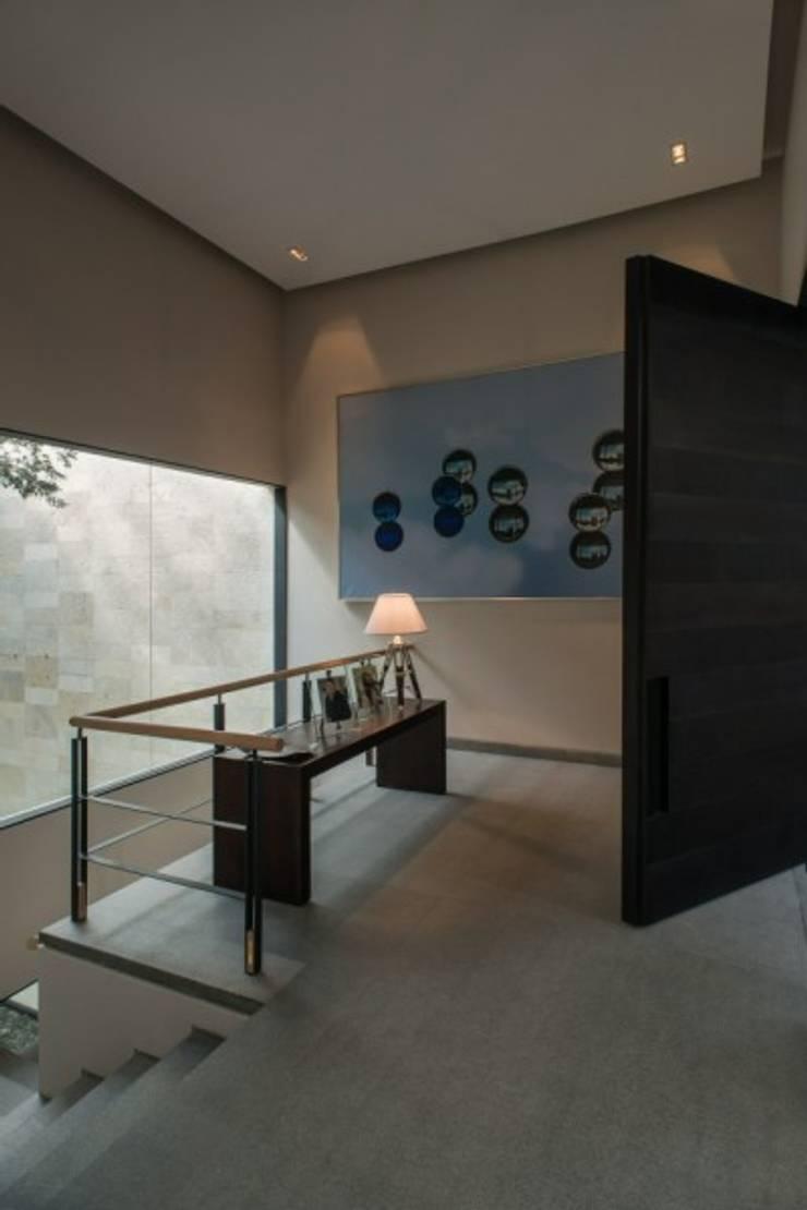 Vestibulo:  de estilo  por Rhyzoma - Arquitectura y Diseño