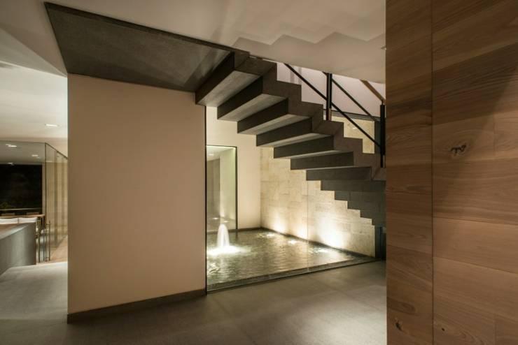 Escalera Principal:  de estilo  por Rhyzoma - Arquitectura y Diseño