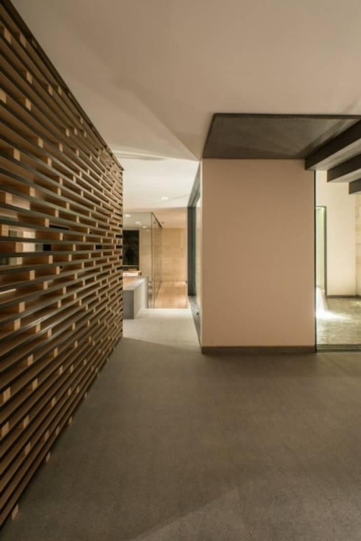 Celosia Lateral:  de estilo  por Rhyzoma - Arquitectura y Diseño