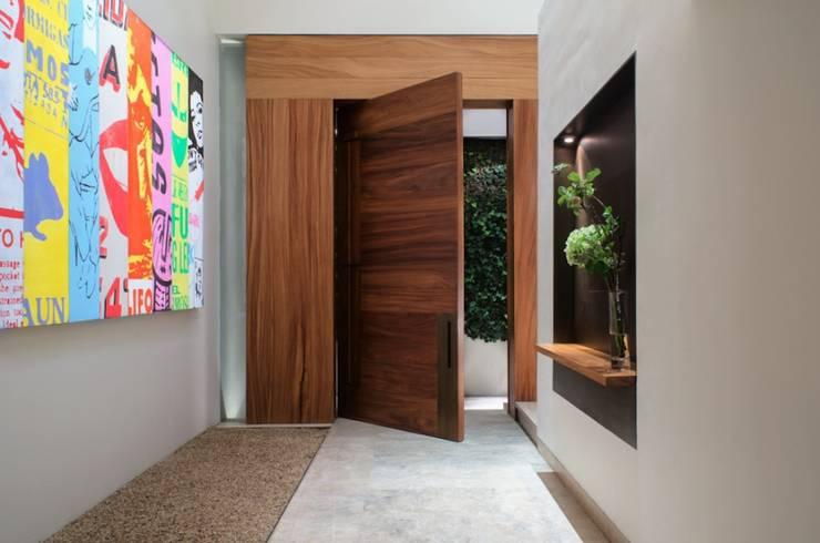 Puerta Principal: Hogar de estilo  por Rhyzoma - Arquitectura y Diseño