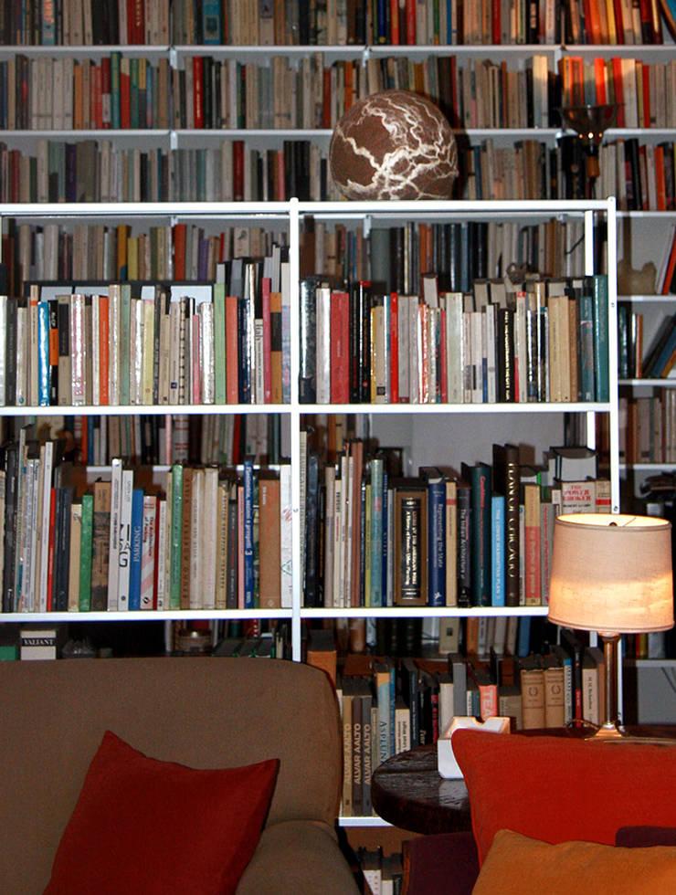 FELT MULTIFUNCTIONAL OBJECT: Casa in stile  di Judith Byberg