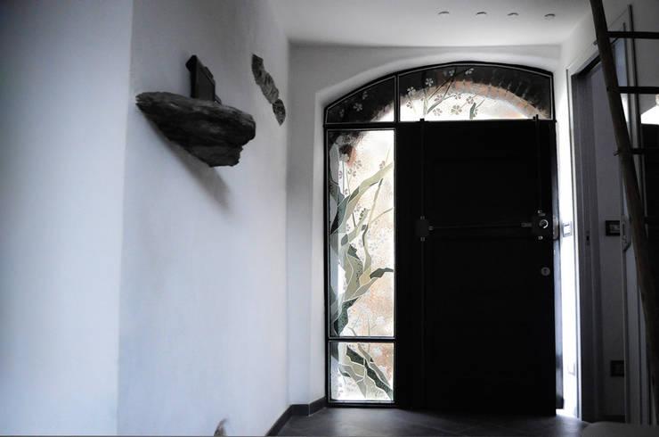 Casa borghigiana: Case in stile  di OPERA OFFICINE VETRARIE
