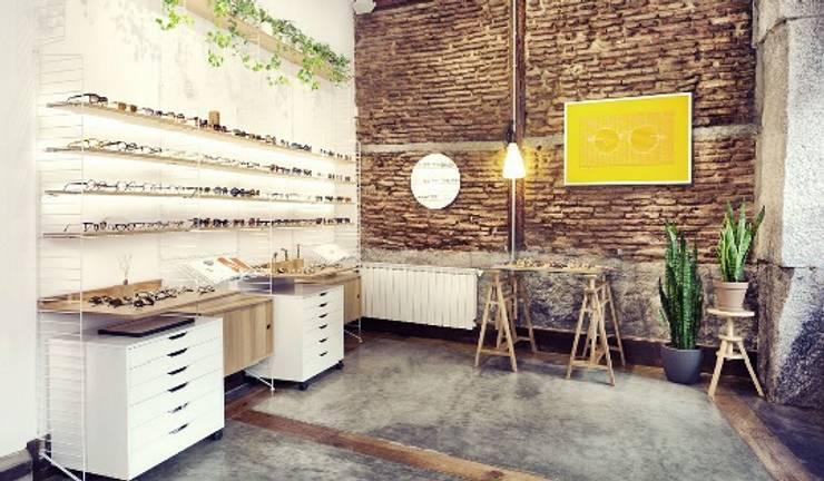 Óptica L'Atelier: Oficinas y Tiendas de estilo  de Space Maker Studio