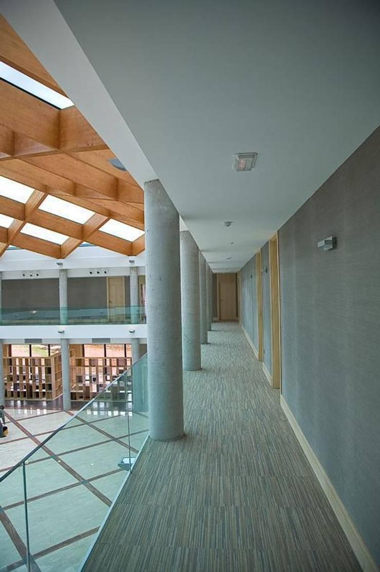 Hotel – Business Center en Segovia: Hoteles de estilo  de Space Maker Studio