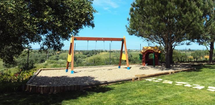 Moradia Privada: Jardins rústicos por OpenGreen