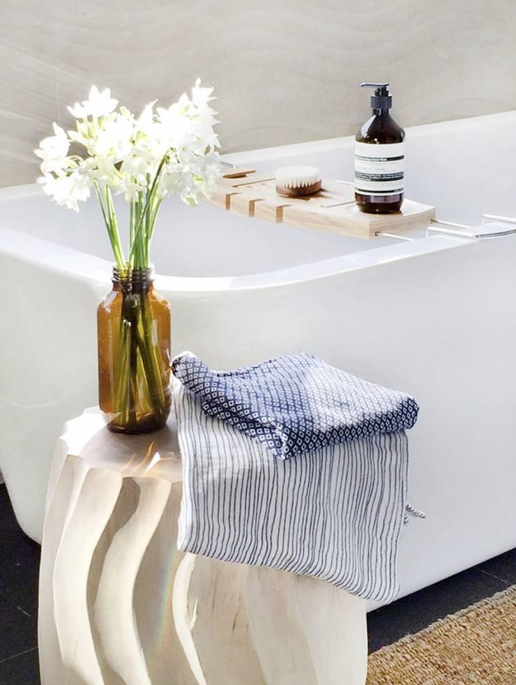 Baño con toallas japonesas y accesorios de madera y cristal: Baños de estilo  de ChicDeco