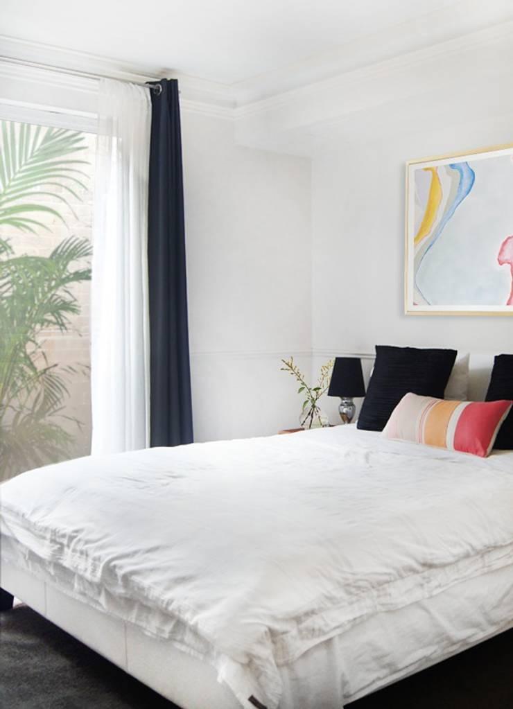 Dormitorio en blanco y negro con pinceladas de color: Dormitorios de estilo  de ChicDeco