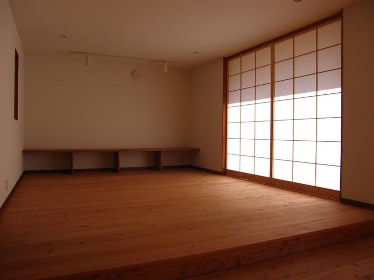 コロ!: 高原正伸建築設計事務所 一級建築士事務所が手掛けたリビングです。