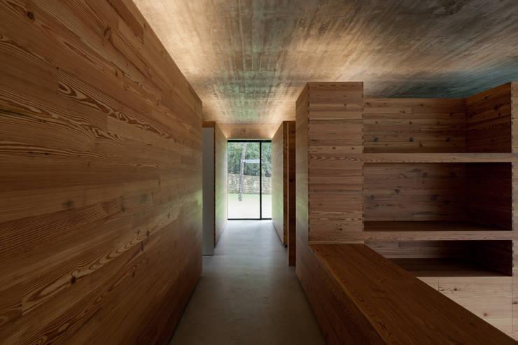 Duas casas em Monção: Corredores e halls de entrada  por JPL Arquitecto