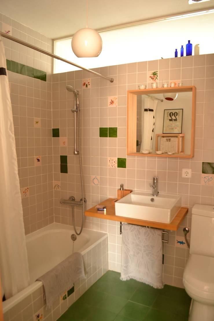Piso en Atocha: Baños de estilo  de Diseño Interior Bruto