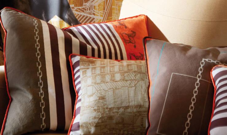 Coussins personnalisés sur canapé du salon:  de style  par Soraya Deffar / Un Pretexte