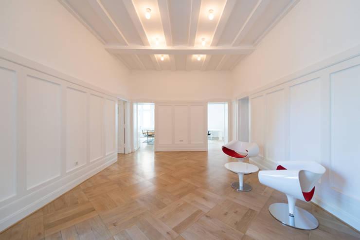 GESTALTUNG EINES FIRMENSITZ IN OBERKASSEL:  Geschäftsräume & Stores von MEA Studio - Architektur I Innenarchitektur I Retail Design,
