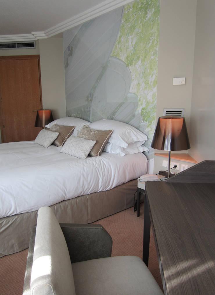 HOTEL LES CELESTINS CHAMBRES: Hôtels de style  par Linxe-renson.com