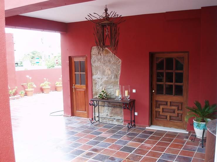 Acceso Vivienda-Patio:  de estilo  de a2g.arquitectura