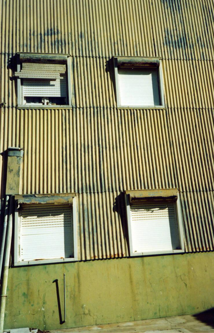 Fachada Trasera (Antes):  de estilo  de a2g.arquitectura
