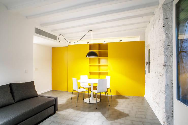REFORMA DE VIVIENDA ESQUINERA EN EL BARRIO GÓTICO: Casas de estilo  de M2ARQUITECTURA