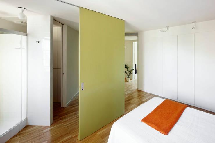 REFORMA INTEGRAL E INTERIORISMO DE PISO EN CHAFLÁN DEL EIXAMPLE DE BARCELONA: Casas de estilo moderno de M2ARQUITECTURA