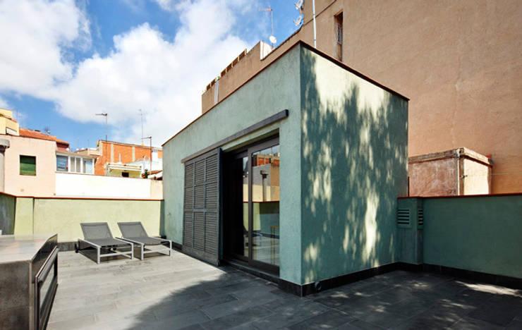REFORMA INTEGRAL DE VIVIENDA ENTRE MEDIANERAS CON PROTECCIÓN DE PATRIMONIO ARQUITECTÓNICO: Casas de estilo moderno de M2ARQUITECTURA