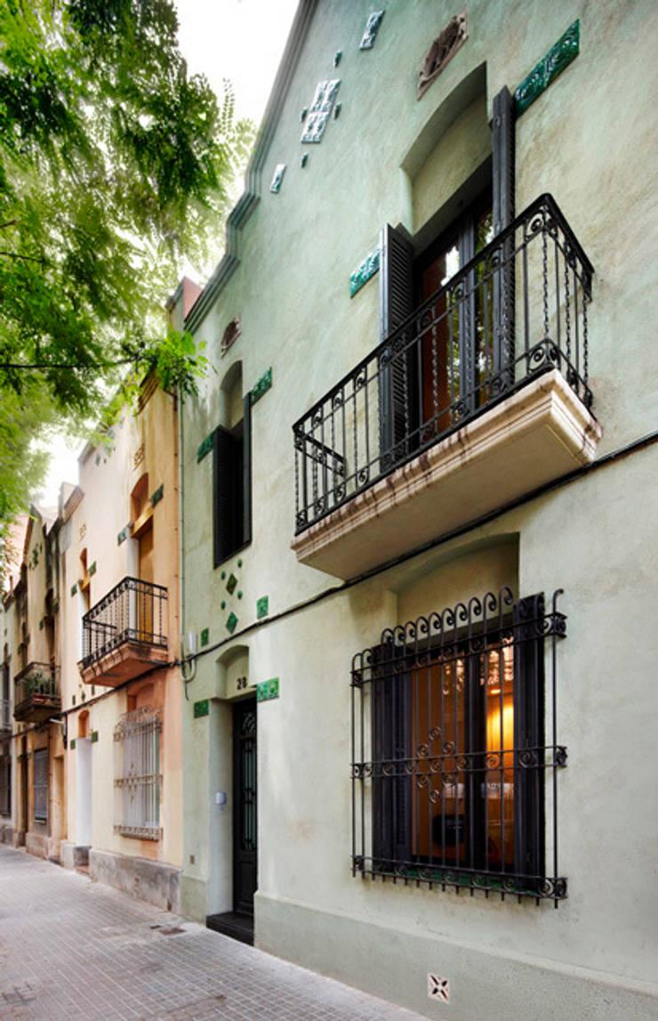 REFORMA INTEGRAL DE VIVIENDA ENTRE MEDIANERAS CON PROTECCIÓN DE PATRIMONIO ARQUITECTÓNICO: Casas de estilo  de M2ARQUITECTURA