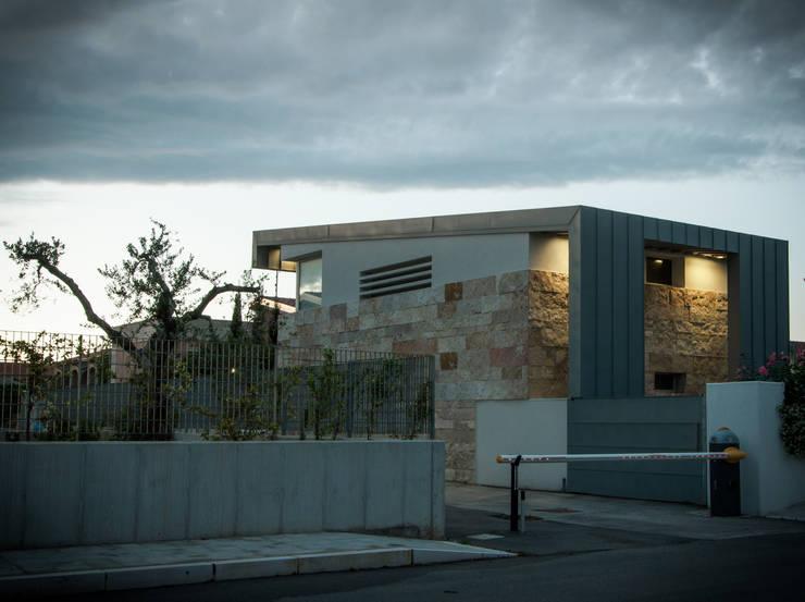 Casa La Pietra - Campomarino Lido: Casa in stile  di Fernando A.Baldassarre architetto