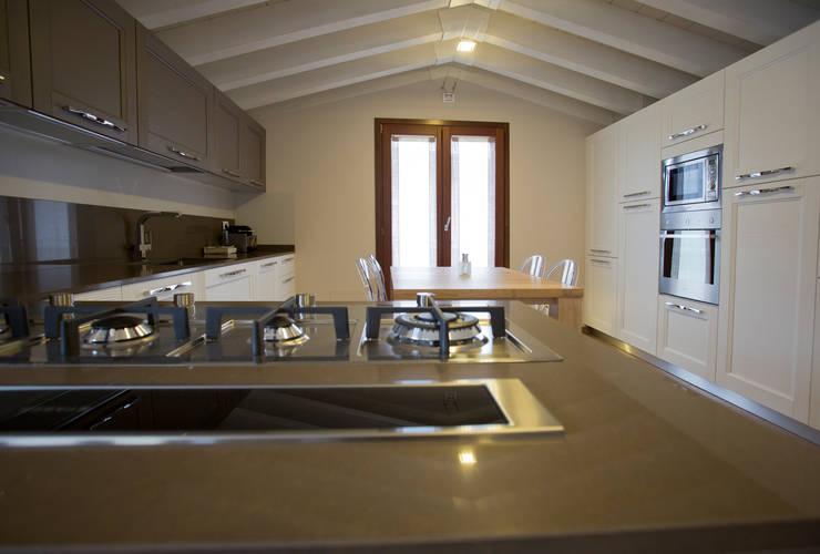 MANSARDA A BOTTICINO SERA: Cucina in stile  di HP Interior srl