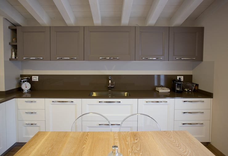 MANSARDA A BOTTICINO SERA: Cucina in stile in stile Moderno di HP Interior srl