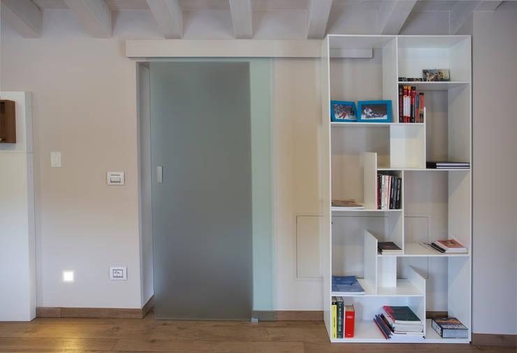 MANSARDA A BOTTICINO SERA: Soggiorno in stile in stile Moderno di HP Interior srl