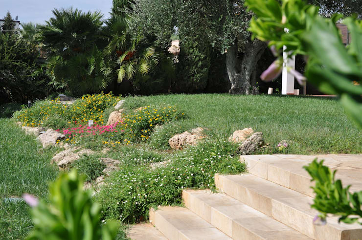 WHITE ELEGANCE: Giardino in stile  di  MELLOGIARDINI EXTERIOR DESIGNERS