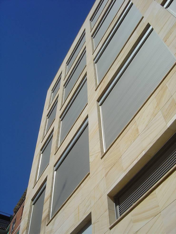 EDIFICIO DE 15 APARTAMENTOS:  de estilo  de Martín y Mazza Arquitectos