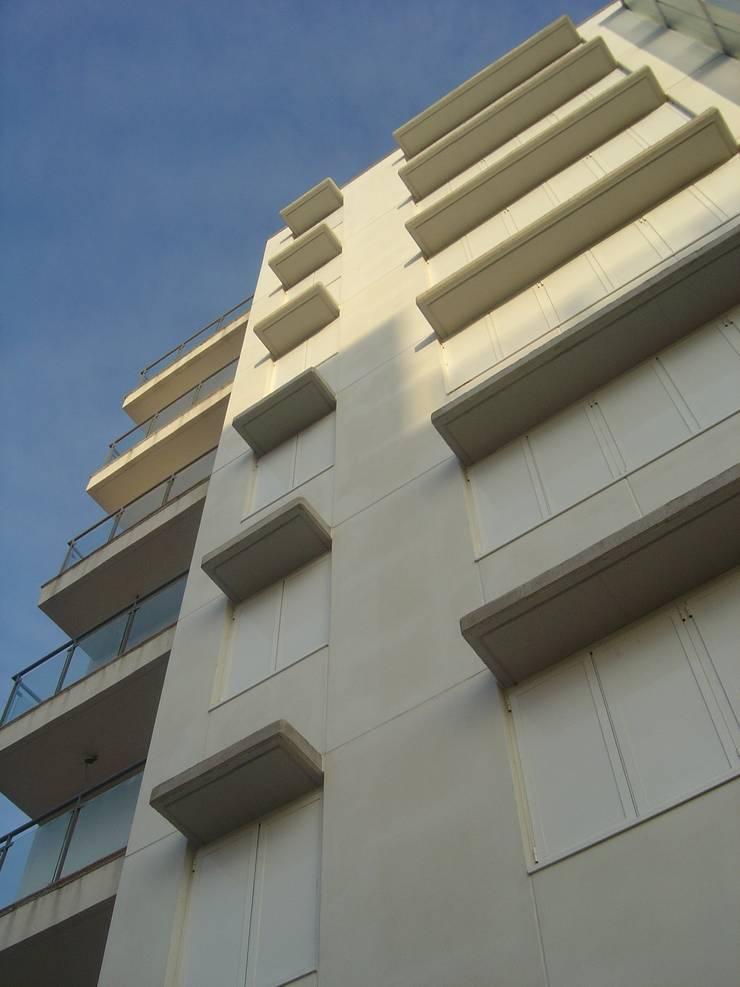 EDIFICIO DE 42 VIVIENDAS:  de estilo  de Martín y Mazza Arquitectos