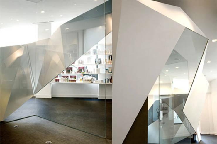 Entrée et présentoirs produits: Espaces commerciaux de style  par Galaktik