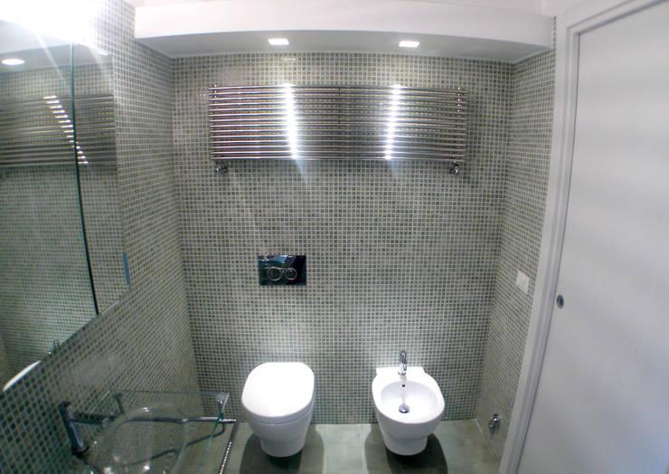 il bagno:  in stile  di CM2 Team,