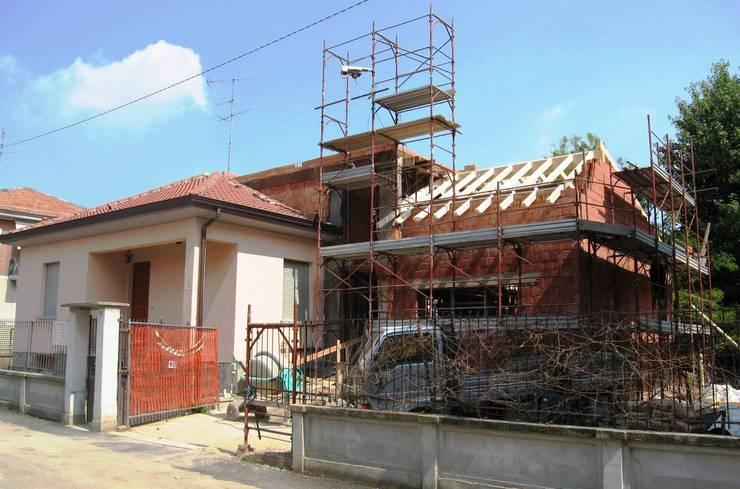 Una fase dei lavori di ristrutturazione:  in stile  di Studio d'Architettura TAUNISIO