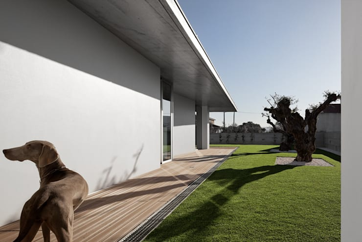 CASA XIEIRA II: Jardins modernos por A2+ ARQUITECTOS