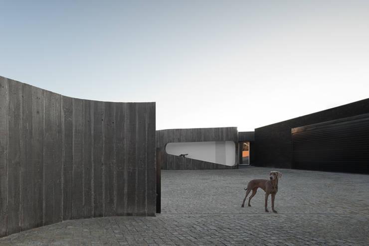 Casas unifamiliares de estilo  por A2+ ARQUITECTOS