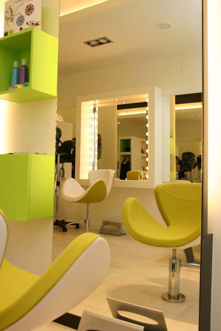 Rosa Estrada Perruqueria: Espacios comerciales de estilo  de lauraStrada Interiors
