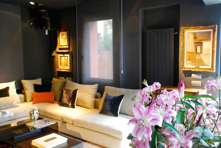 MUSA: Salones de estilo  de MILLENIUM ARCHITECTURE