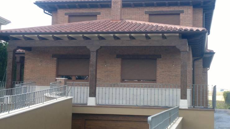Hormigon imitacion madera: Paredes y suelos de estilo  de ARQUE PIEDRA RECONSTITUIDA SL