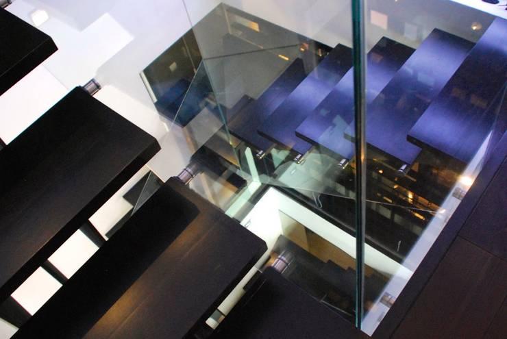 MUSA: Pasillos y vestíbulos de estilo  de MILLENIUM ARCHITECTURE