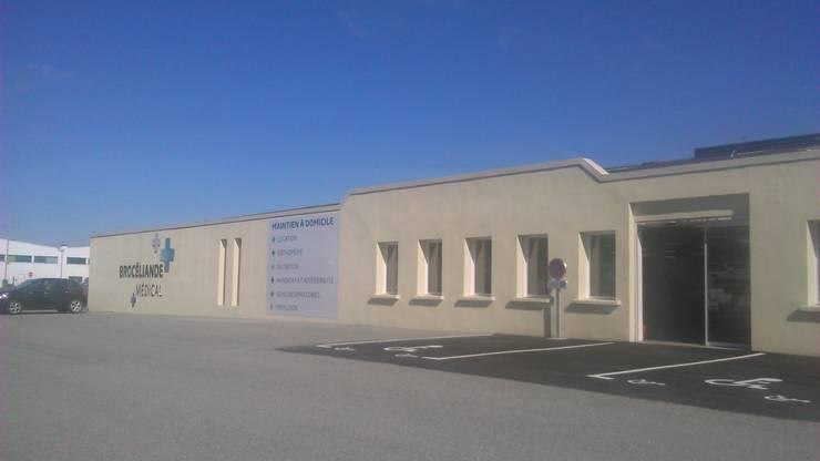 Réhabilitation de bâtiment industriel: Espaces commerciaux de style  par Atelier AD