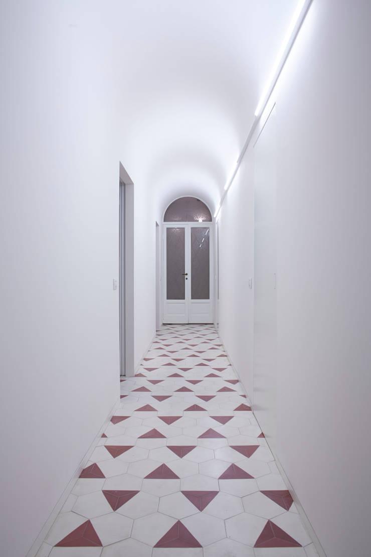 corridoio: Case in stile  di Studio Peveri,